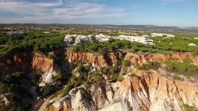 通风 旅馆在村庄Olhos de Agua从天空的一个看法 影视素材