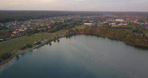 通风 日落的湖 从鸟` s眼睛视图的一个美丽的湖 股票视频