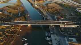 通风 桥梁的录影作用在飞行中横跨河Gilao Tavira 股票视频
