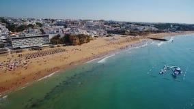 通风 渔夫壮观的海滩,在阿尔布费拉,从天空的看法 葡萄牙 股票视频