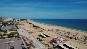 通风 葡萄牙海滩和渔船在旅游村庄Monte戈登 股票视频