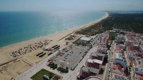 通风 葡萄牙海滩和渔船在旅游村庄Monte戈登 股票录像