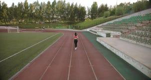 通风 遗弃情人的 炫耀跑通过体育场的女孩 回到视图 股票视频