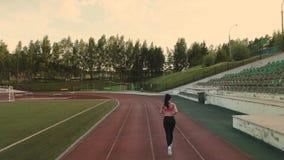 通风 遗弃情人的 炫耀跑通过体育场的女孩 回到视图 股票录像