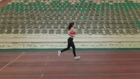 通风 遗弃情人的 炫耀跑通过体育场的女孩 跑步的少妇户外 影视素材