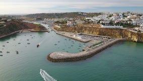 通风 阿尔布费拉和小游艇船坞防堤老镇的看法,从天空 股票视频