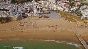 通风 阿尔布费拉沙滩的游人从天空摄制了 股票录像