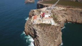 通风 飞行在灯塔Cabo圣维森特的天空 影视素材