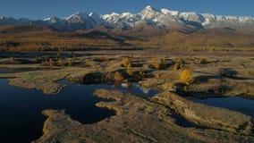 通风 飞行在美丽的湖在山附近 全景 秋天