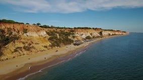 通风 Falesia海滩和游人休息 从天空的视图 股票录像