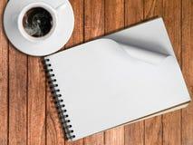 速写书和白色杯子热的咖啡 库存照片