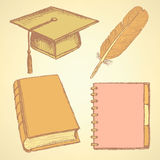 速写毕业盖帽、羽毛、笔记本和书 库存照片