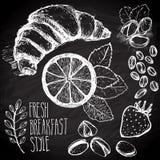 速写的早餐无缝的背景用新月形面包、柠檬和莓果 在黑人委员会的Drawned有白垩的 库存图片