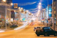 速度交通-在城市道路的光足迹在晚上 库存图片