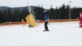 速度仓促的滑雪者从在乌克兰手段的一座积雪的山 股票录像