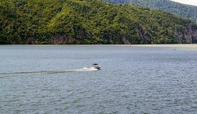 速度小船横穿河 库存图片
