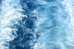 速度小船漩涡蓝色海水表面上的 与波浪和泡沫的海景 假日目的地和旅行 免版税图库摄影