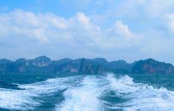 从速度小船的苏醒 免版税图库摄影