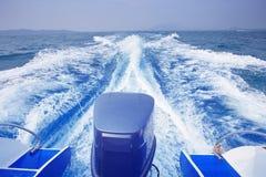 速度小船跑的高速背面图在蓝色海水用途的 库存照片