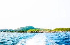 速度小船踪影尾巴波浪水表面上的在海 免版税库存图片