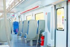 速度市郊火车的内部为锡切斯, subur跳起 免版税库存照片