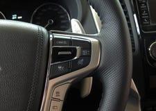 速度控制和模选择器在多功能方向盘在车里面 免版税库存图片