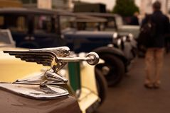 速度的女神,在1957年帕卡德的帽子/敞篷吉祥人120炫耀小轿车 免版税库存照片