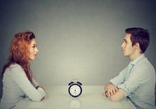 速度约会 供以人员坐从彼此的妇女在桌上 库存图片