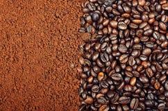 速溶咖啡对咖啡豆 库存照片