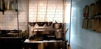速食餐厅的专业厨房有平底锅和罐的 库存照片