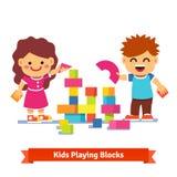 建造与五颜六色的木块的孩子塔 库存图片