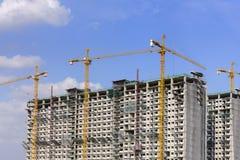建造场所和起重机有蓝天的 免版税库存照片