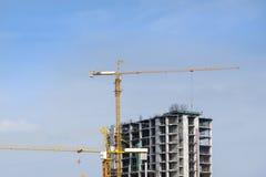 建造场所和起重机有蓝天的 图库摄影