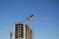 建造场所和运转的起重机 免版税库存图片