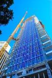 建造场所摩天大楼和起重机 免版税库存图片