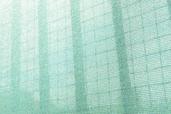 建造场所的塑料安全网 建筑滤网 胴体肉 脚手架 背景可能构成金属使用 库存照片