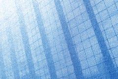 建造场所的塑料安全网 建筑滤网 胴体肉 脚手架 背景可能构成金属使用 库存图片