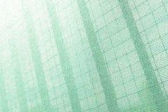 建造场所的塑料安全网 建筑滤网 胴体肉 脚手架 背景可能构成金属使用 免版税库存图片
