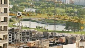 建造场所的看法有起重机工作的 影视素材