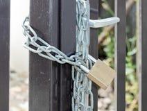 建造场所的门由挂锁关闭了 免版税库存照片
