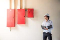 建造场所的年轻亚裔电机工程师 免版税图库摄影