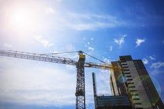 建造场所,起重机,房子,天空背景 免版税库存图片
