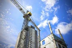 建造场所,起重机,房子,天空背景 免版税库存照片