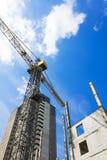 建造场所,起重机,房子,天空背景 免版税图库摄影
