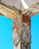 建造场所-对加强的钢筋混凝土柱子 免版税库存照片