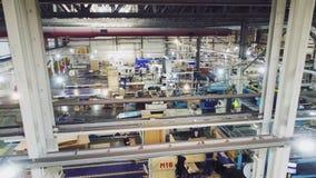 造纸有生产线和职员的工厂车间 影视素材