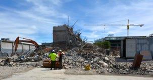 建造者在克赖斯特切奇新西兰清除一个损坏的大厦 库存图片
