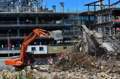 建造者在克赖斯特切奇新西兰清除一个损坏的大厦 免版税库存照片