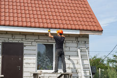 建造者在屋顶运作 图库摄影