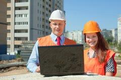 建造者在建筑工地运作 免版税图库摄影